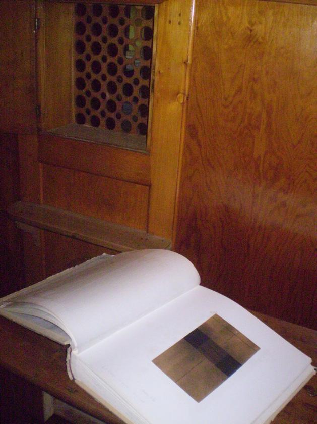 livre avec dessins dans le confessional des sourds